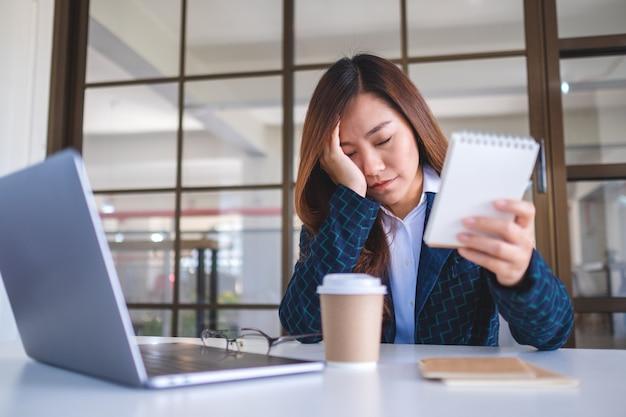 Bizneswoman denerwuje się mając problem w pracy w biurze