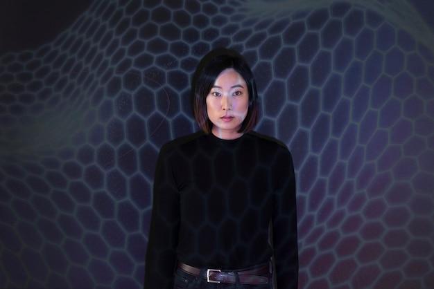 Bizneswoman dotyka futurystyczny wirtualny ekran