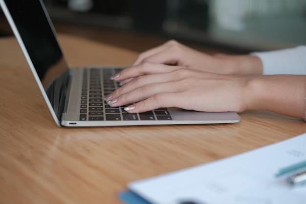 Bizneswoman freelancer pracuje z komputerem. kobieta analizuje dane. student studiujący wykonujący zadanie