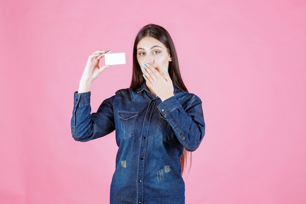 Bizneswoman gospodarstwa wizytówkę i obejmujące jej usta