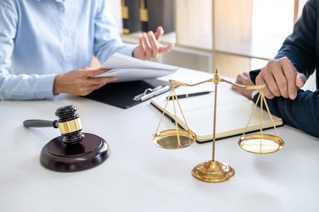 Bizneswoman i mężczyzna prawnik lub sędzia konsultacja i konferencja po spotkaniu zespołu z klientem