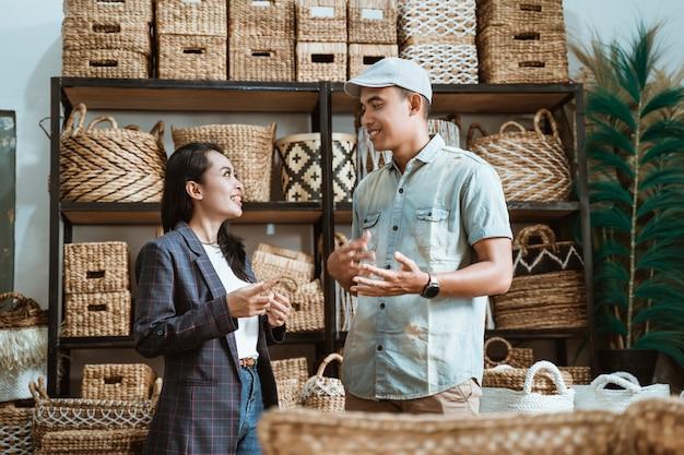 Bizneswoman i mężczyzna rozmawiają między rękodziełem w galeriach rzemiosła