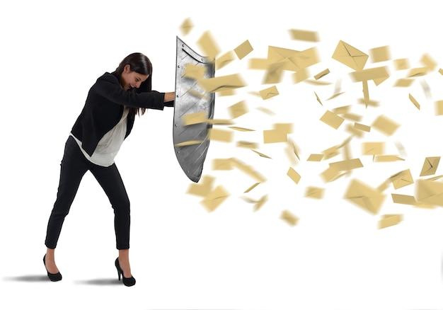 Bizneswoman jest chroniona tarczą literami