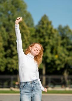 Bizneswoman jest szczęśliwy w świetle dziennym