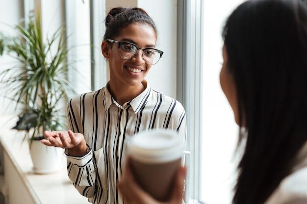 Bizneswoman koledzy rozmawiają ze sobą