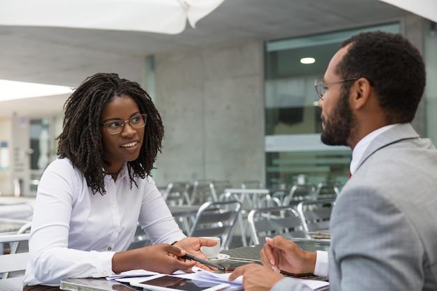 Bizneswoman konsultacji ekspertów prawnych