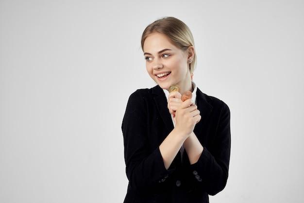 Bizneswoman kryptowaluta bitcoin w rękach na białym tle