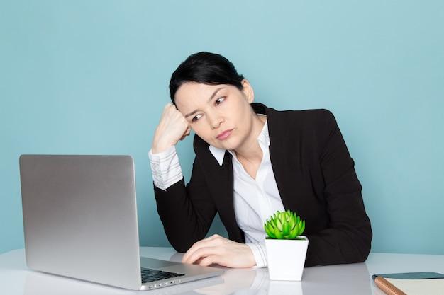 Bizneswoman na jej biurowym biurku