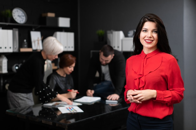 Bizneswoman na tle urzędnicy dyskutuje projekt