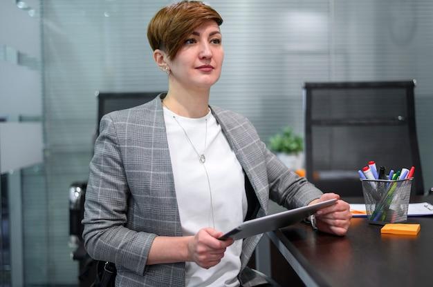 Bizneswoman na wózku inwalidzkim z krótkimi włosami
