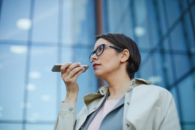 Bizneswoman nagrywa wiadomość głosową