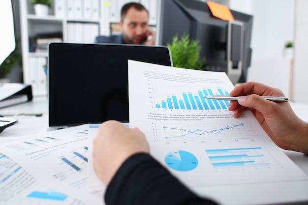 Bizneswoman nauki dokumenty w biurowym zbliżeniu