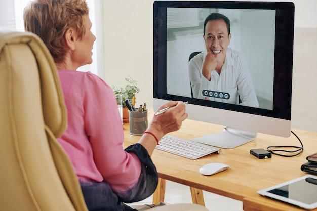 Bizneswoman o wideokonferencję