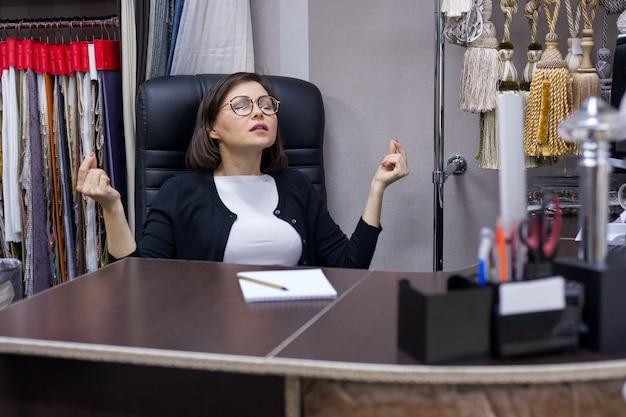 Bizneswoman odpoczywa i ćwiczy jogę