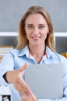Bizneswoman oferty ręka trząść jak cześć w biurze