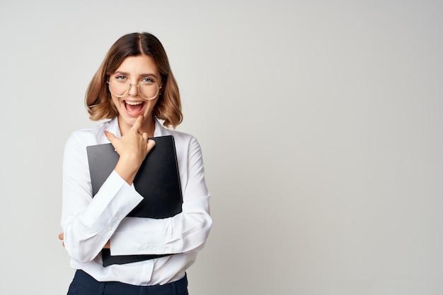 Bizneswoman oficjalna praca biuro sukces emocje na białym tle