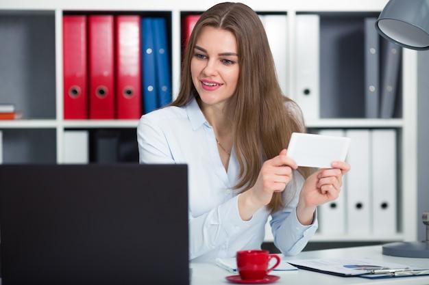 Bizneswoman ogląda wideo w internecie i przegląda konto w sieciach społecznościowych