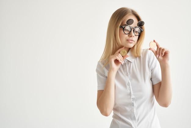 Bizneswoman okulary przeciwsłoneczne bitcoin kryptowaluta w rękach technologie