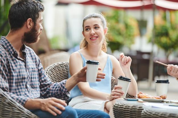 Bizneswoman omawia plany z kolegami