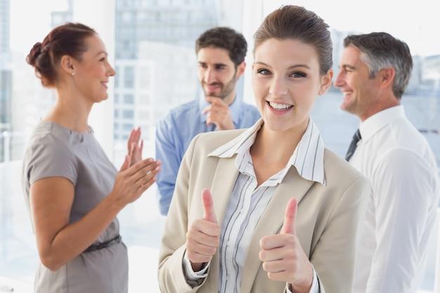 Bizneswoman ono uśmiecha się podczas gdy przy pracą