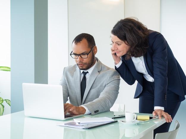 Bizneswoman opowiada klient na telefonie komórkowym
