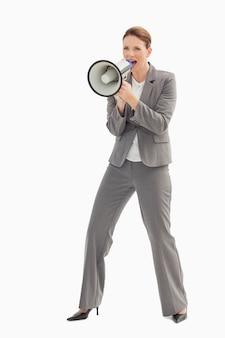 Bizneswoman opowiada na megafonie