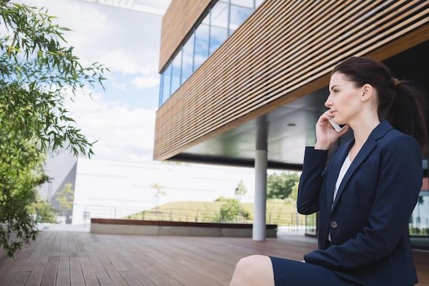 Bizneswoman opowiada na telefonie komórkowym