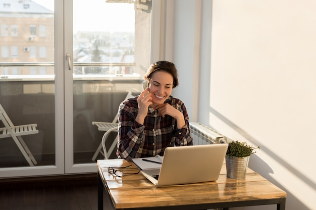 Bizneswoman opowiada satysfakcjonujący klient na smartphone