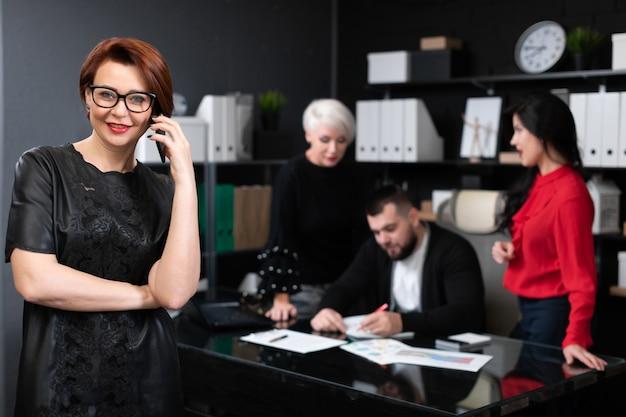 Bizneswoman opowiada telefon urzędnicy dyskutuje projekt dalej