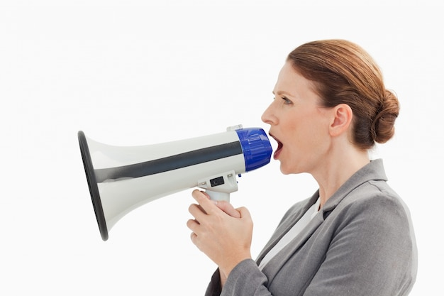 Bizneswoman opowiada w megafon