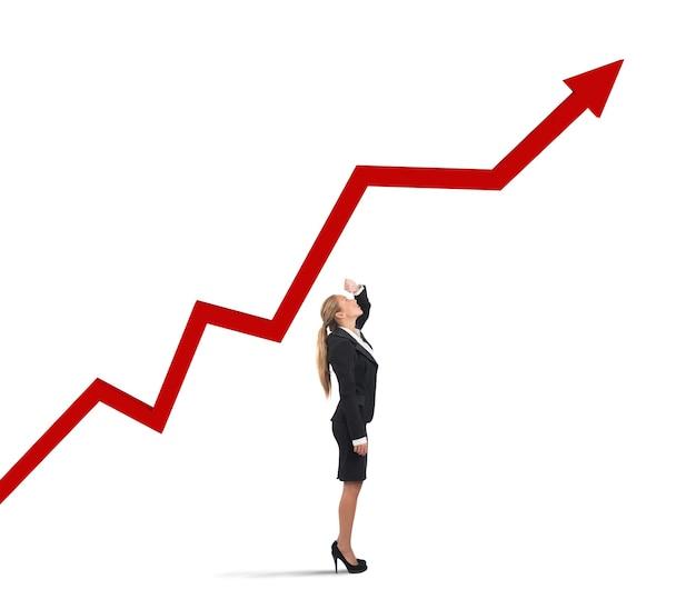 Bizneswoman patrz wykres strzałkowy rosnących zysków