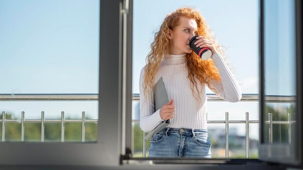 Bizneswoman pije kawę na balkonie