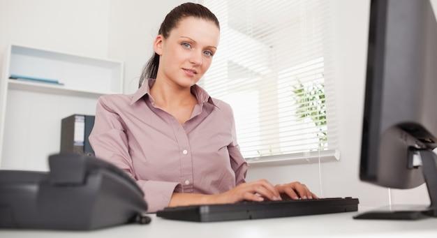 Bizneswoman pisze na jej klawiaturze