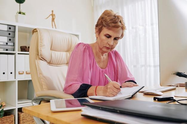 Bizneswoman planuje swój dzień