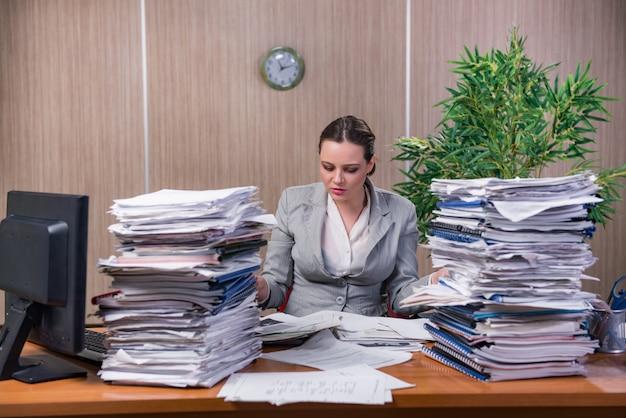Bizneswoman pod stresem pracuje w biurze