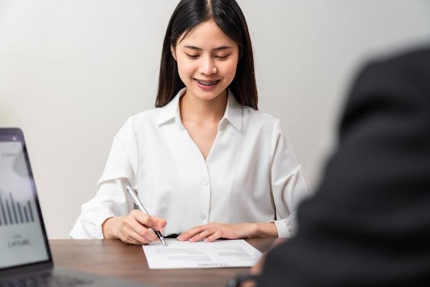 Bizneswoman podpisuje umowę finansową