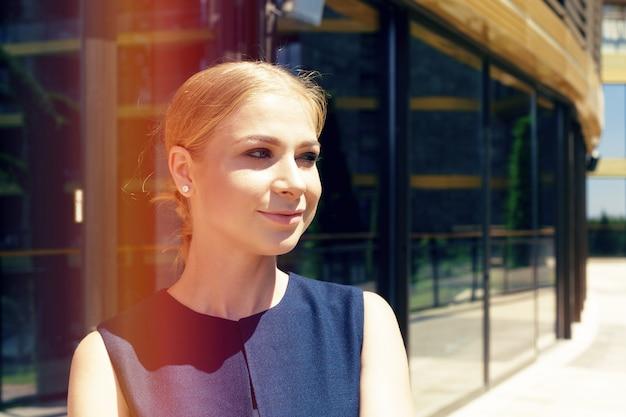 Bizneswoman pozycja obok jej biura w ranku
