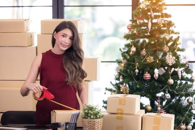 Bizneswoman pracujący przedsiębiorca mśp w domu z internetem online, wysyłając pakiet