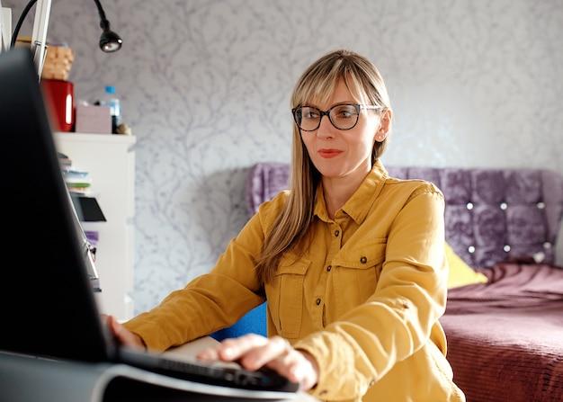 Bizneswoman pracuje na laptopie w domu