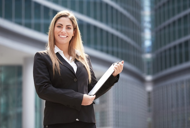 Bizneswoman pracuje na zewnątrz budynku biurowego