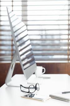 Bizneswoman pracuje przy jej biurem