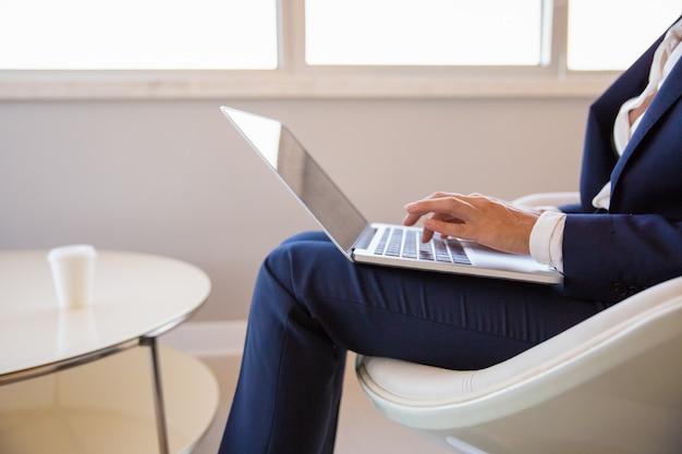 Bizneswoman pracuje w biurowym salonie