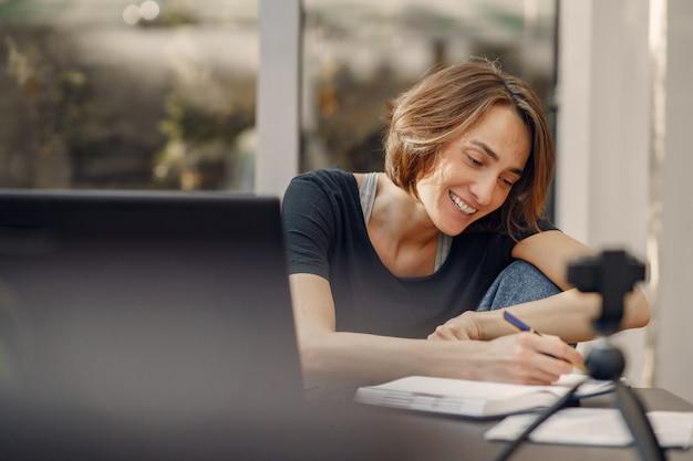 Bizneswoman pracuje w domu na kwarantannie