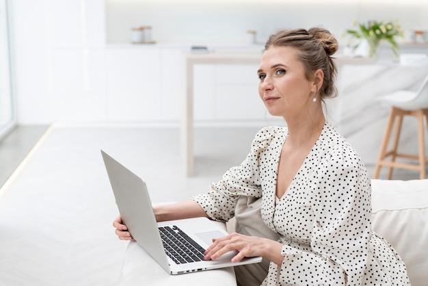 Bizneswoman pracuje w domu