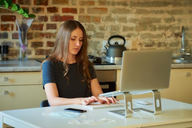 Bizneswoman pracuje z domu podczas pandemii