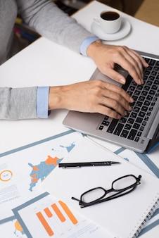 Bizneswoman pracuje z laptopem w biurze