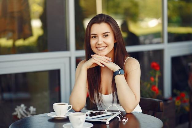 Bizneswoman pracuje z pastylką w kawiarni