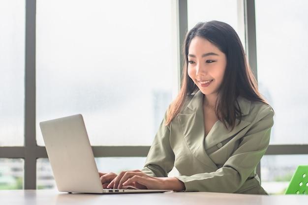 Bizneswoman pracy komputer notebook technologia siedzi w biurze