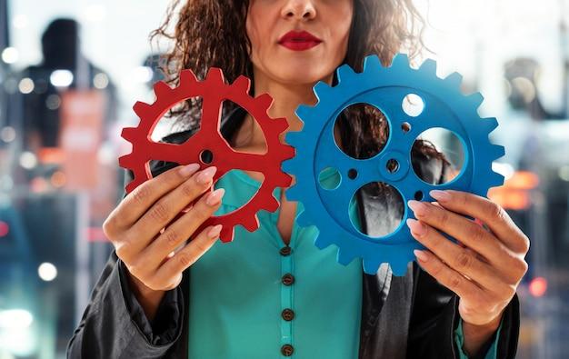 Bizneswoman próbuje pracować z przekładniami. koncepcja pracy zespołowej i partnerstwa.