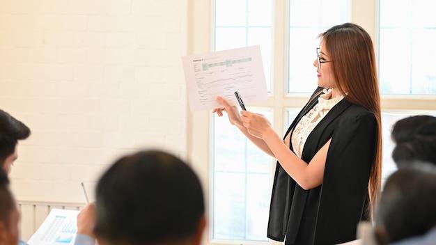 Bizneswoman przedstawia biznes danych